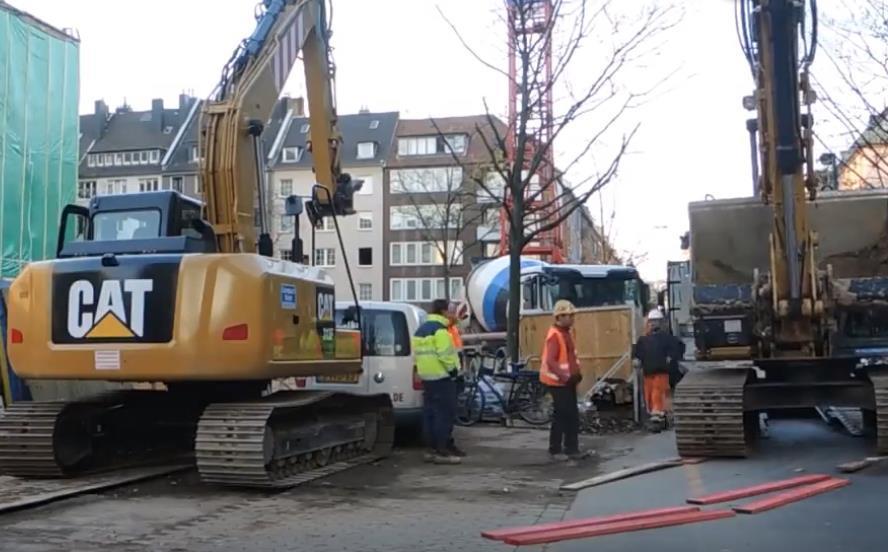 这2个挖掘机司机绝对是高手,垫这么点木板就能完美行走