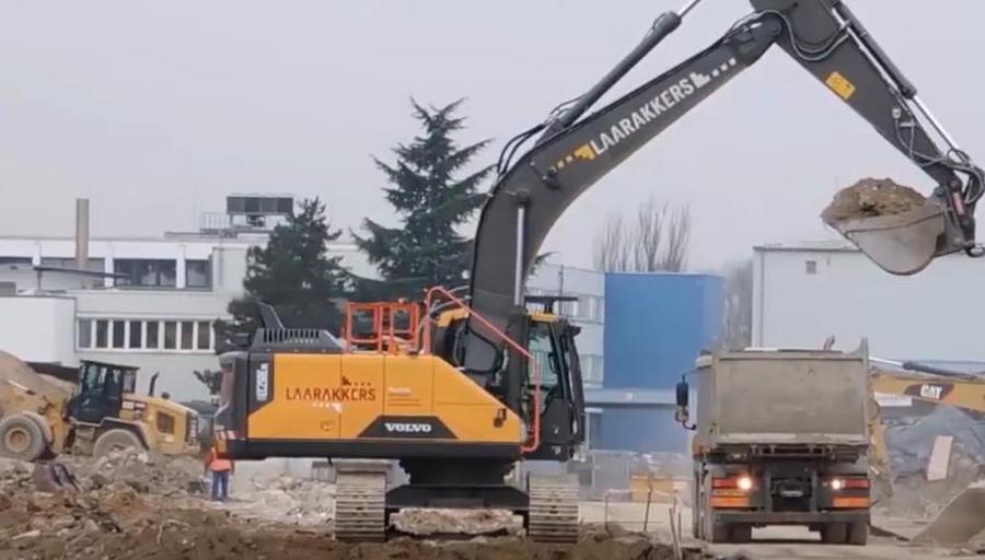 装渣土的卡车还没来,挖掘机就已经挖着土开始等了!