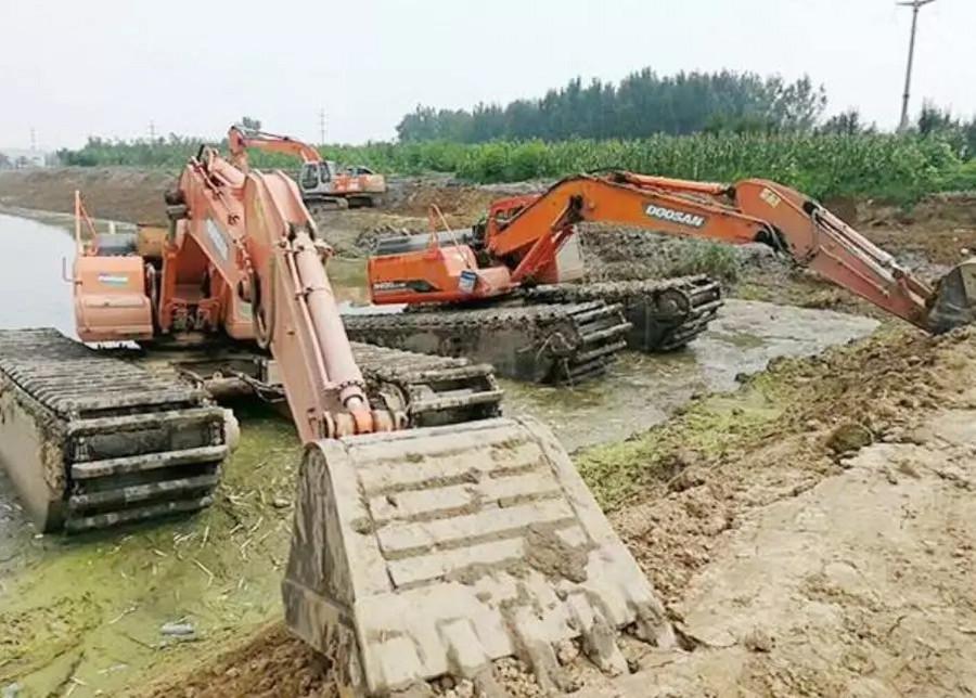 挖掘机骑在沟上工作