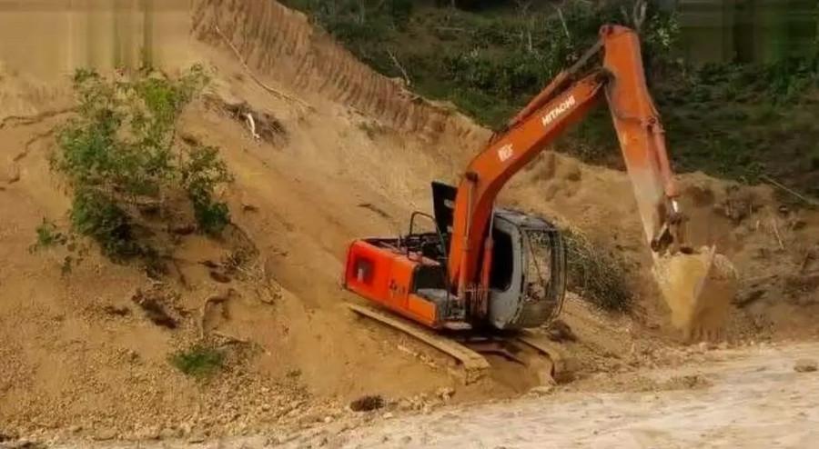 挖掘机高举动臂行走