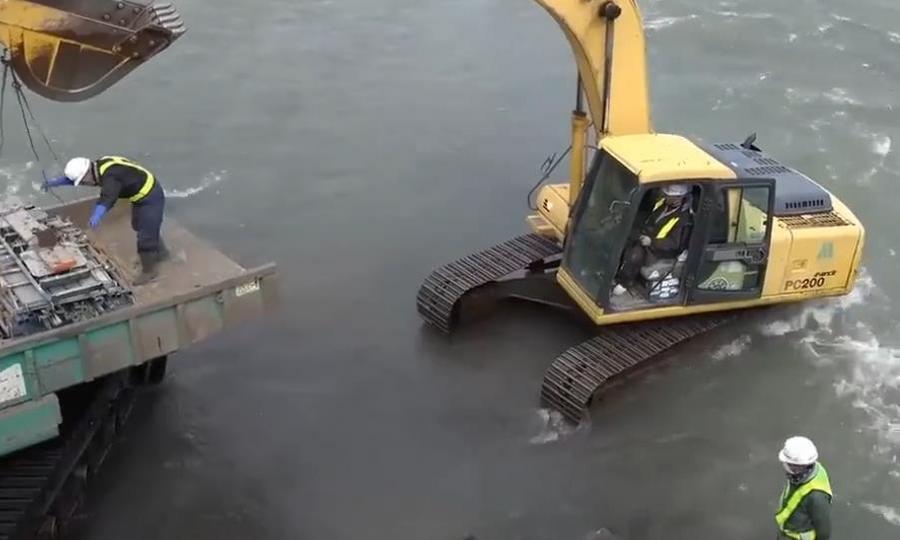 挖掘机站水里干活,没有灰尘,司机要如何看清路呢?