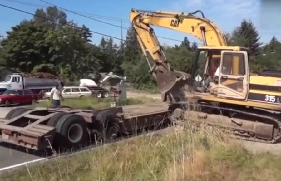 老司机教你挖掘机如何上拖车,该不会是名校毕业的吧!