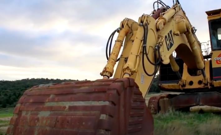 被废弃的旧挖掘机四处摆放,哪一台使用年份最长?