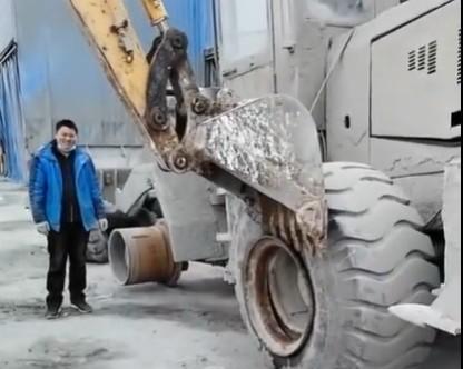 這個一看就是個高手,挖機給鏟車換鞋,這招居然都想的出來啊
