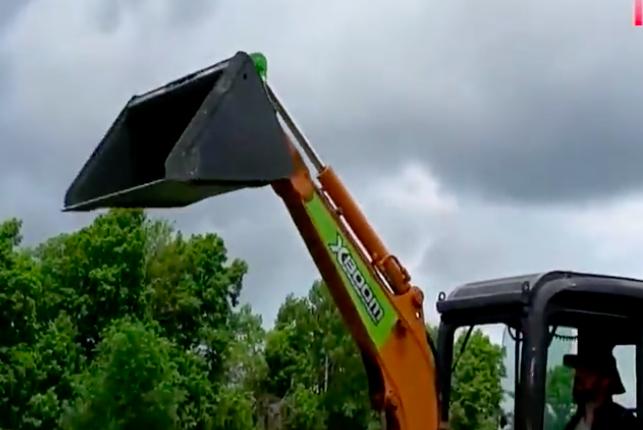 民间的小型挖掘机,挖斗可以轻松取下