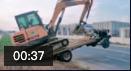 挖掘機上拖拉機,司機技術無敵!