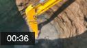 用挖掘機挖這么深的坑,沒點技術還真不行