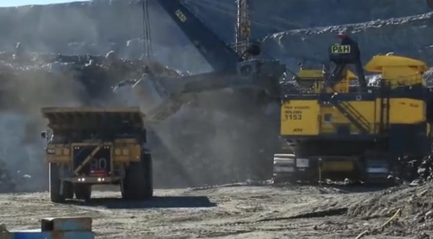 碩大的礦山挖掘機作業,超級礦卡在它面前都是小弟!
