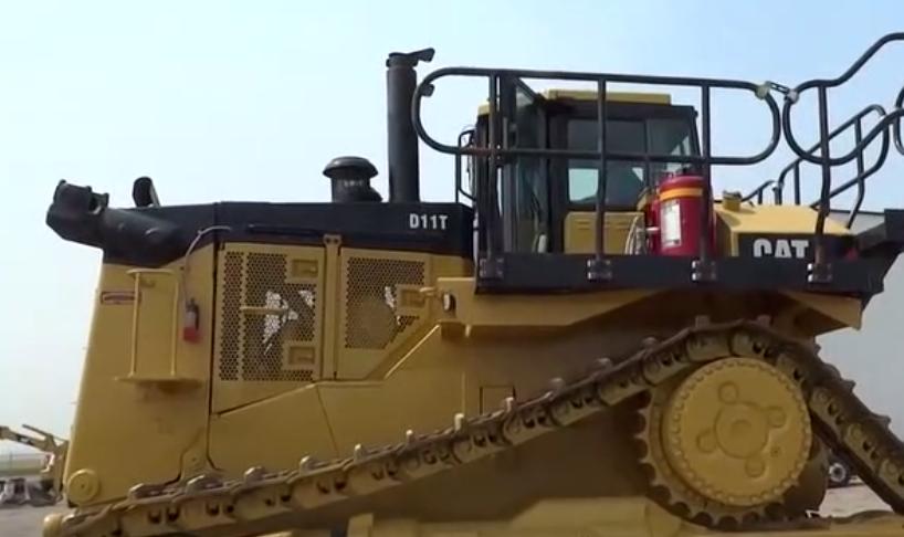 CAT D11T推土機!輕松碾壓小汽車