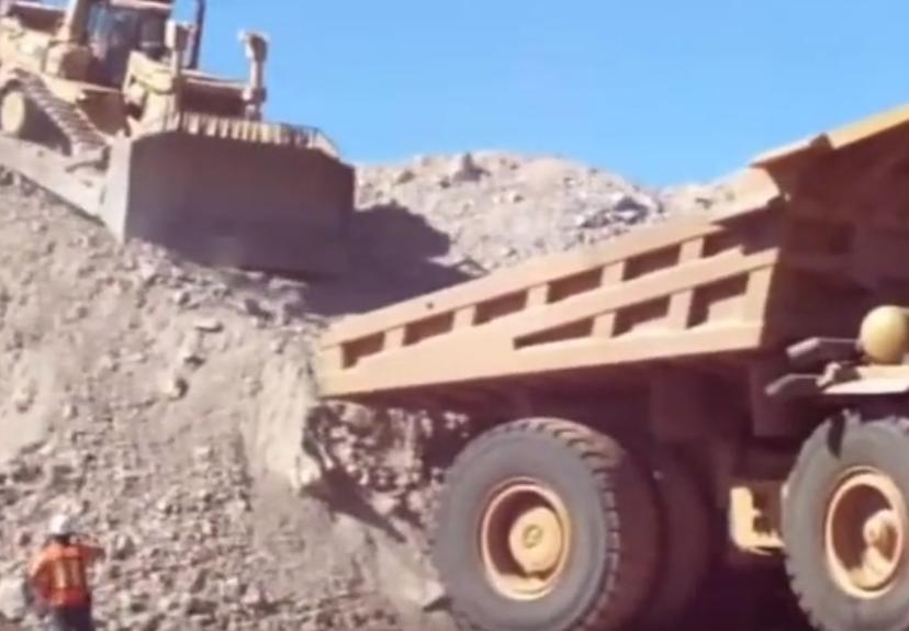 逆天操作!來看推土機如何開上礦山卡車!