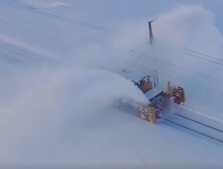 霸氣!吹雪車能掀40米高雪柱,清1.6萬噸積雪!
