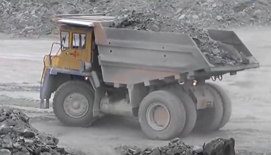 超大型利勃海尔卡车卸渣土,这一车能拉多少方?