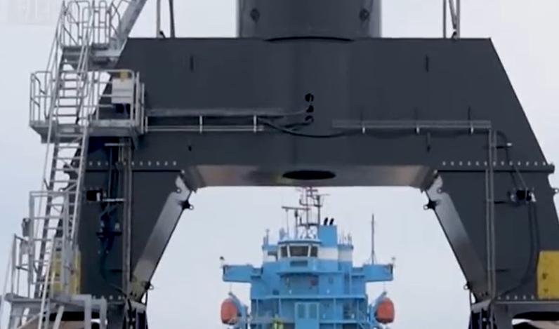 自重380噸的碼頭物料搬運機,效率頂上千人,滿屏霸氣!