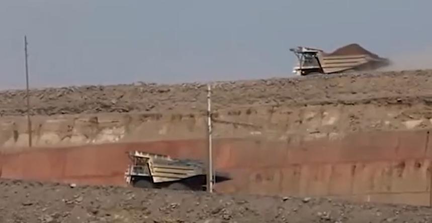 百公里油耗1300升,全球最大自卸车!据说能拉400吨
