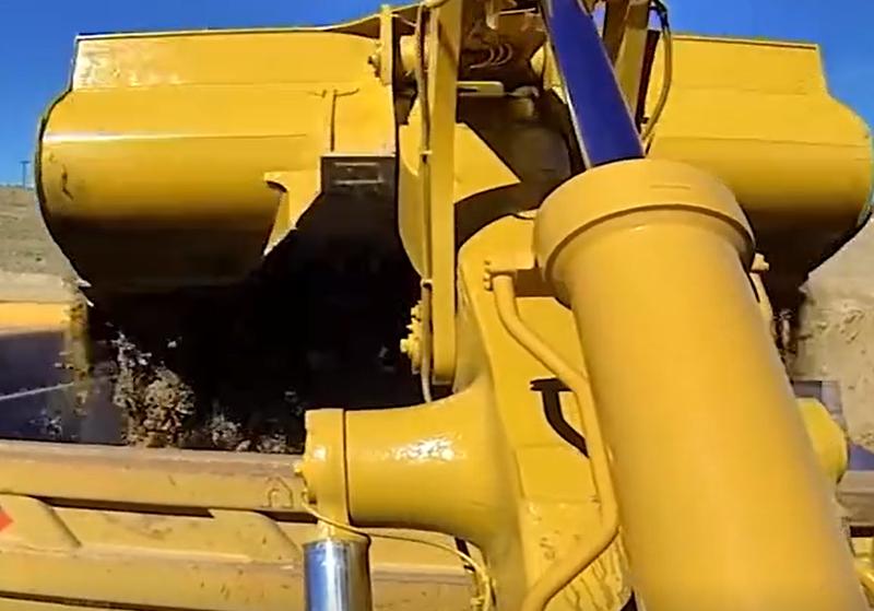 机臂视角看卡特装载机装车,4斗一矿车,看它干活真过瘾