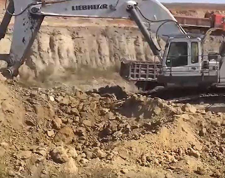 超大挖斗的挖掘机挖土装车,大卡不用熄火两斗满车走人