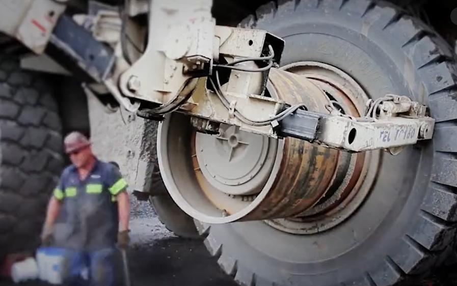 大型礦用卡車換輪胎,重5.3噸價值20萬!