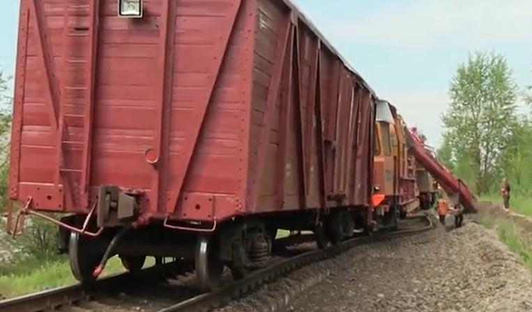 简单粗暴!国外铁轨线路偏移直接用挖掘机拨回来!