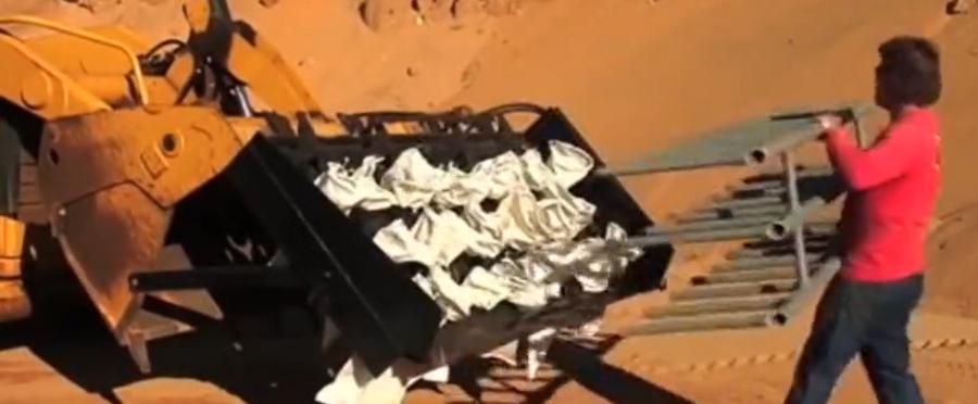 国外大沙装袋用装载机9分钟能装4535斤?