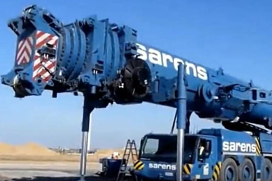 千噸級的巨型起重機要施工,看看是如何吊裝風力發電機組的!