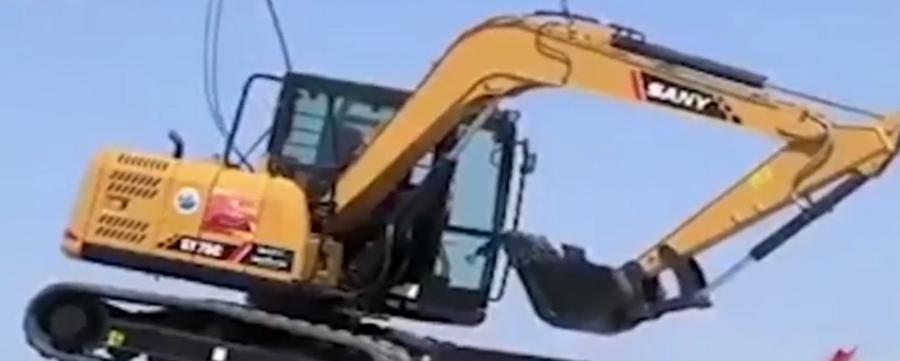 工程施工機械挖土機空中走鋼絲,怎么可能?