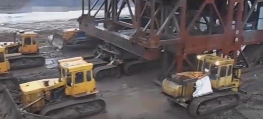 10多臺推土機移動巨大的機械設備,這東西真重!