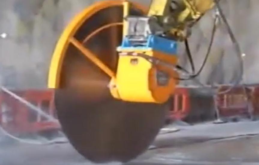 強悍的工程機械,輕松切割半米深的水泥路面!