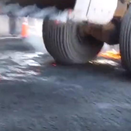 熱渣裝載機不懼高溫,司機鏟上燒紅的廢料運走!