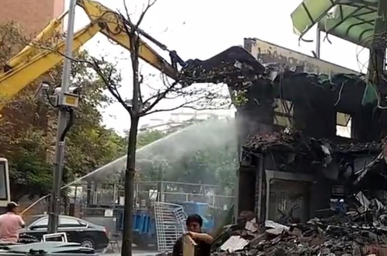 挖掘機大神們拆除整棟建筑物,遇到開挖掘機的就珍惜吧!