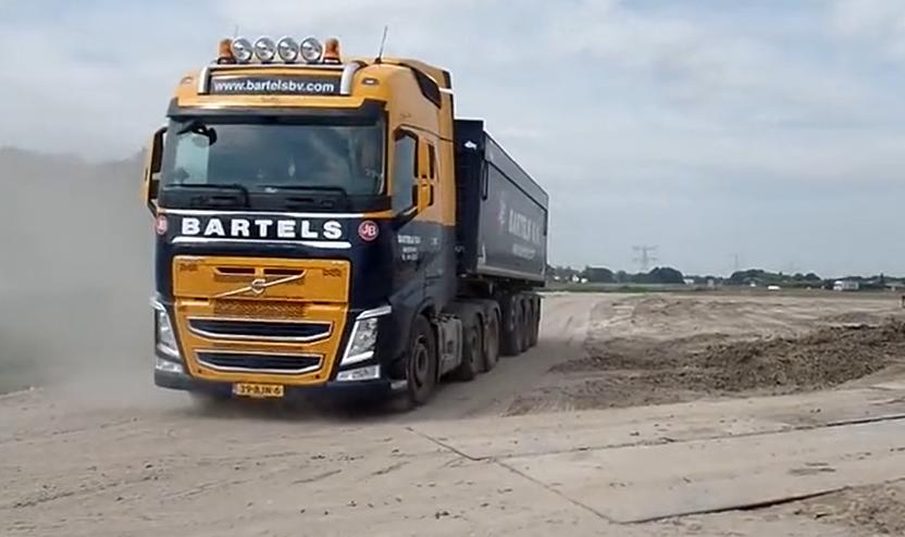 沃尔沃重型卡车卸车过程