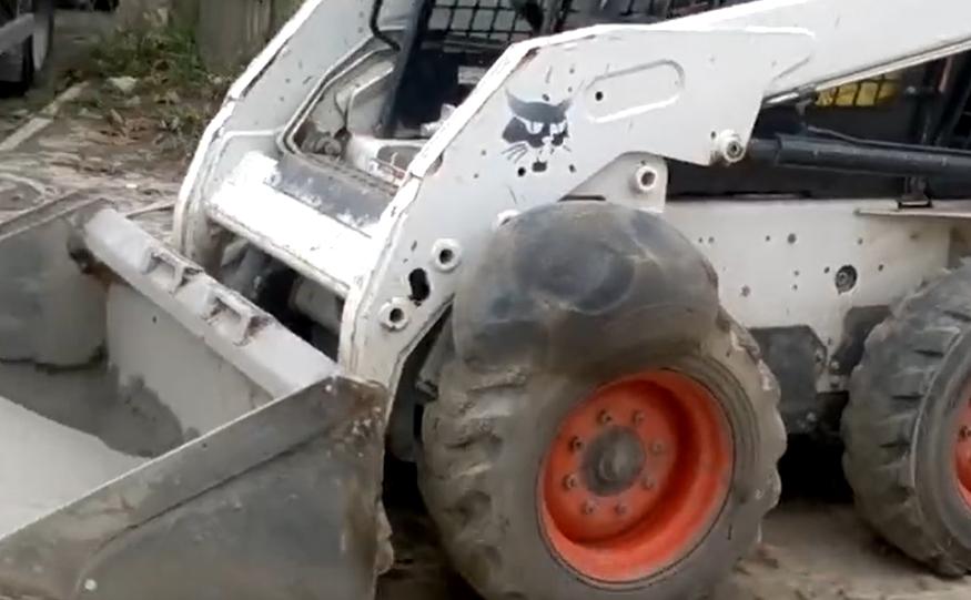 铲车爆胎后,破坏力有多惊人?
