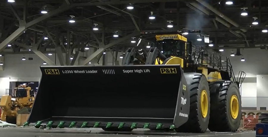 世界上最大的轮式铲车装载机视频
