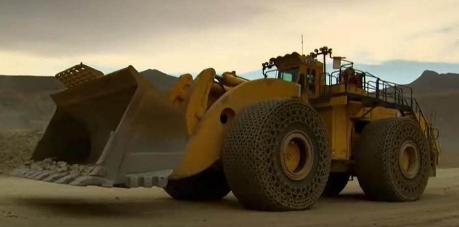 """世界上""""最強""""的裝載機,一翻斗就是90噸料!"""