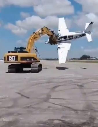 飛機:我想再飛一次,挖掘機:我來幫你!