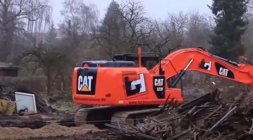 你沒看錯,這臺紅色的挖掘機,竟然是卡特,還蠻好