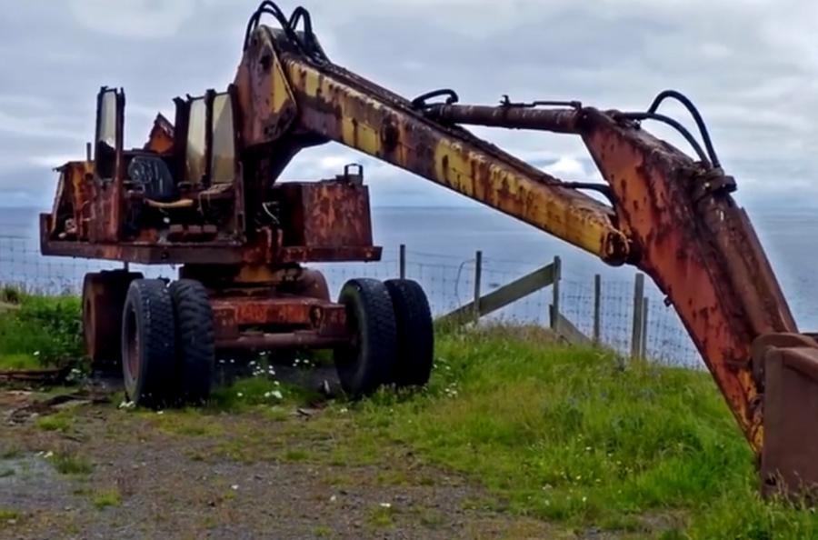被廢棄的舊挖掘機四處擺放,哪一臺使用年份最長?