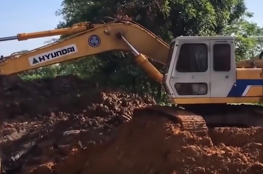 机械百科:挖掘机挖土装车视频,驾驶技术相当了得