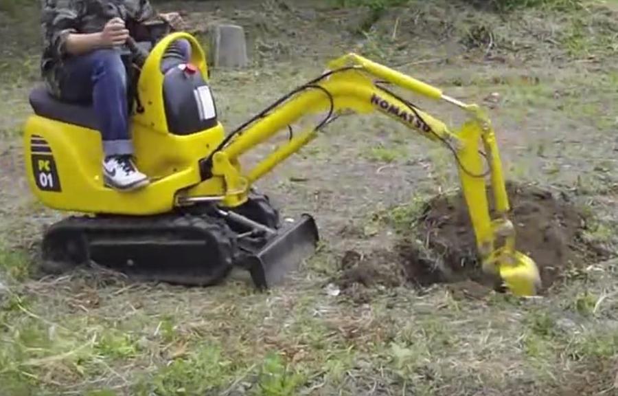 实拍世界上最小的挖掘机:小松PC01迷你挖掘机挖洞作业