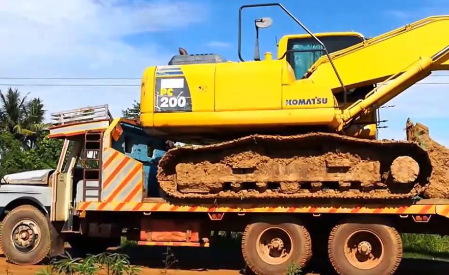 板车运输挖掘机,看看小松PC200挖机如何下车的