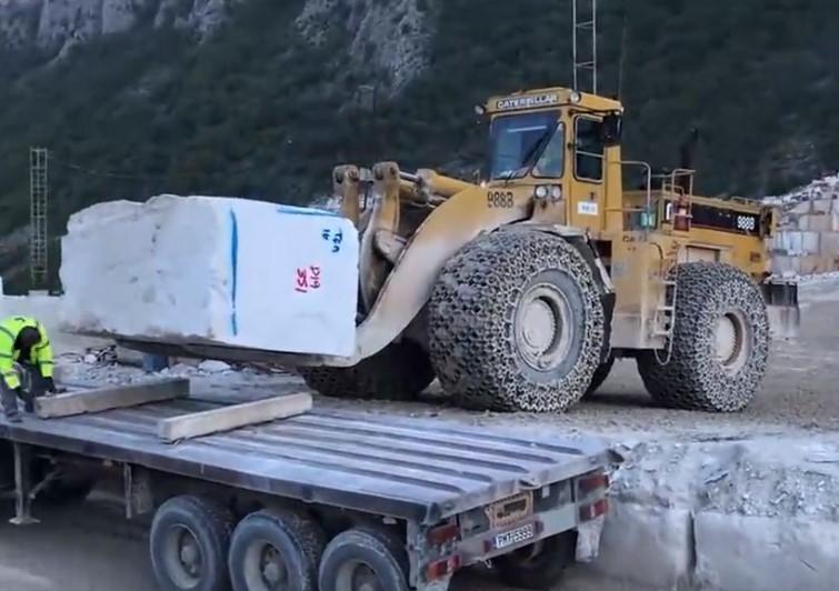 采矿场实拍:几十吨的大理石装车,大铲车干活就是霸气