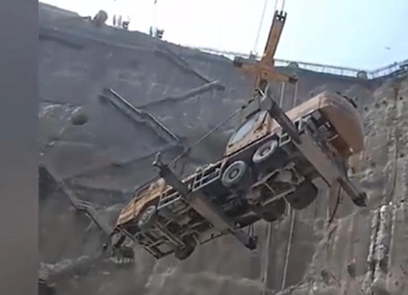 100多吨的工程机械被悬挂空中!吊车的起重能力太强大了