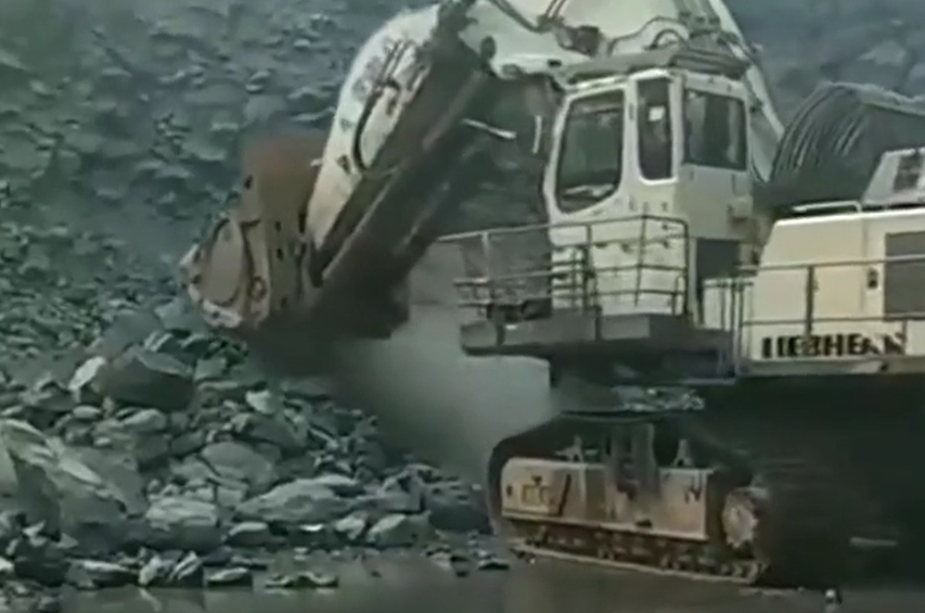挖掘機:完了,卡住了!