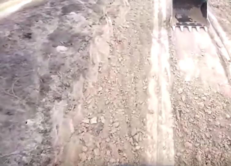 挖掘机下拖车,司机视角感受下有点吓人