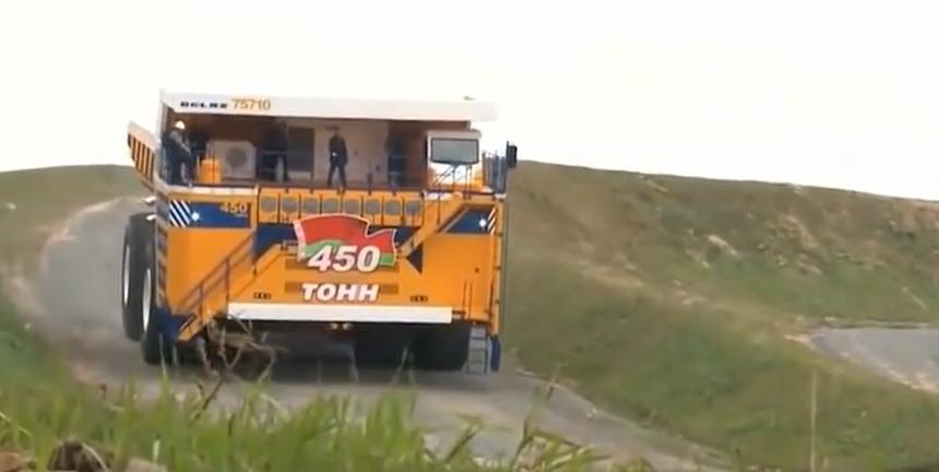平時很難看到的巨型卡車,一個輪子有四米多高,整體就像一棟房子