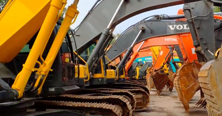 二手大型挖掘機停放區,卡特、日立、小松,你更喜歡什么