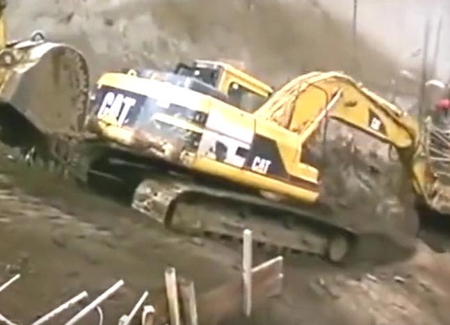 建筑工程机械意外合集 挖掘机坠河受困 铲车作业被山体滑坡埋住