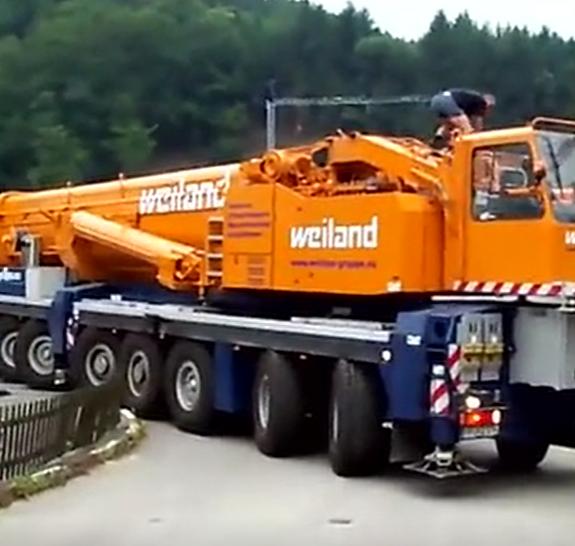 巨型汽车吊车起重机工作视频