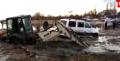 工程機械陷入泥坑脫險 各種機械工程展現脫險技能