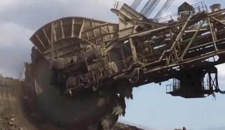 世界上最大的挖機,高96米重達萬噸造價7億,堪稱科幻巨無霸!