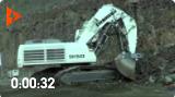 实拍:日本日立EX1200挖掘机给卡车装土,施工效率高